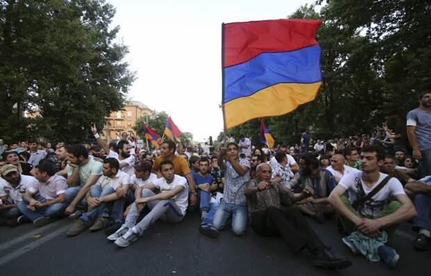 """Парламентарии встали """"живой стеной"""" между митингующими и полицией в Ереване"""