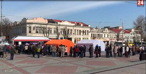 В центре Симферополя выстроилась огромная очередь на вакцинацию