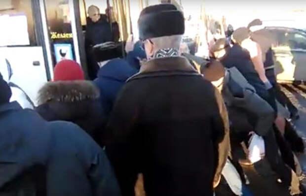 Омские пассажиры вынуждены носить автобусы «на руках»