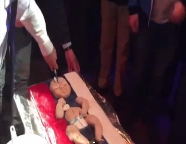 «Поедание русского младенца» в Киеве возмутило пользователей сети