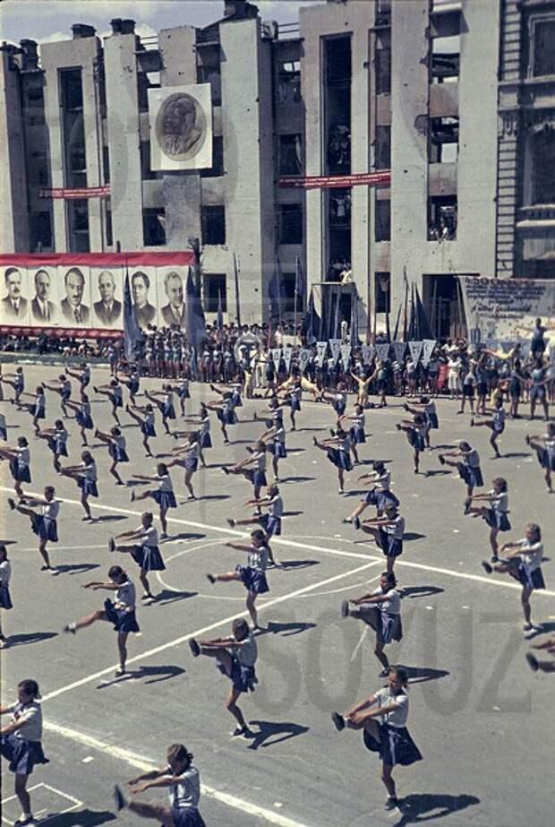 Торжество жизни над смертью. Фотографии Физкультурного парада в Сталинграде в мае 1945.