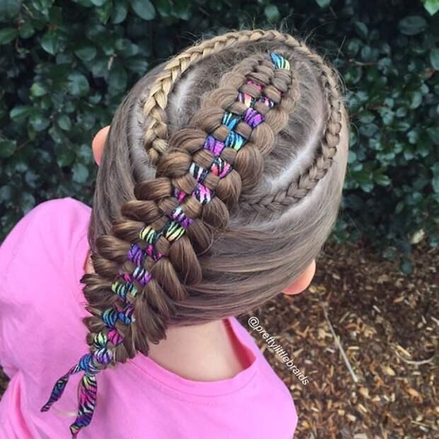 Она просто любит свое увлечение дочь, коса, мама, прическа