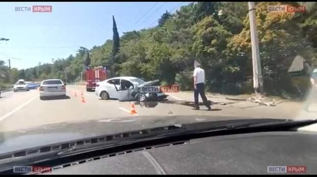 Легковушка снесла столб на выезде из Гурзуфа (ВИДЕО)