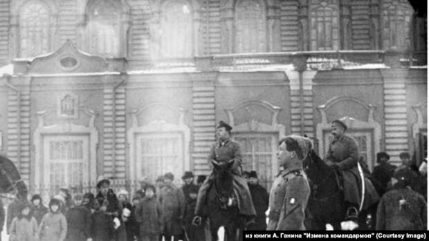 Генералы Р. Гайда и Б. П. Богословский на параде частей 1-й ударной Сибирской дивизии на Кафедральной площади Екатеринбурга. 13 марта 1919 г. Фото предоставлено А. М. Кручининым