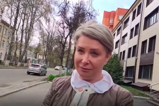 «Отойдите на2 метра»: вСети осудили обращение чиновницы сблогером