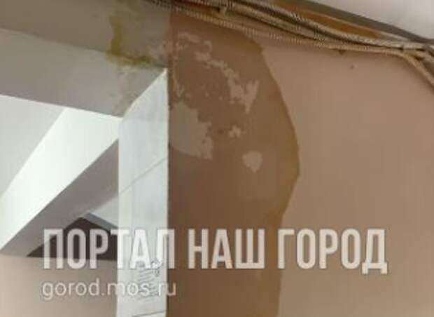 Ручьи из канализации потекли по стенам дома на Ферганской