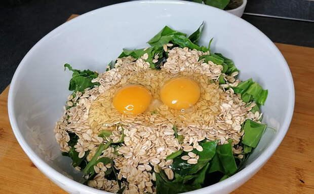 Смешали зелень, семечки и 2 яйца блендером. Витаминная основа блинов готова, осталось лишь пожарить