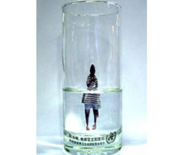 «Волшебные» бокалы ВОЗ демонстрируют ценность воды