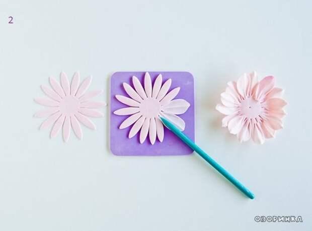 делаем лепесточки на цветочке из сахарной мастики