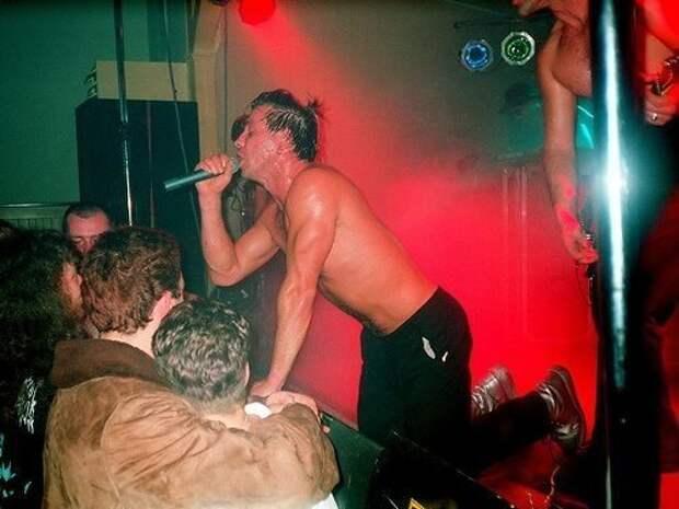 """Один из первых концертов """"Rammstein"""" в школьной столовой. 1 июня 1994 года."""