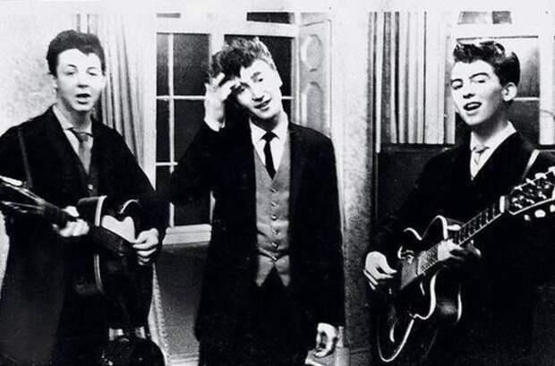 Пол Маккартни, Джон Леннон и Джордж Харрисон играют на свадьбе, 1958 интересно, история, фото