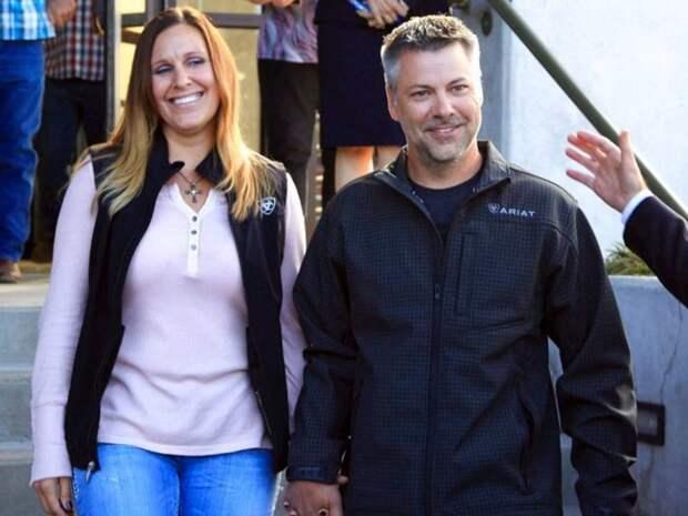 Журналисты сняли улыбающегося американца с его женой, когда они покидали здание суда дочь, обвинение, отец, папа, семья, собака, суд