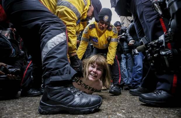 Демонстрантка