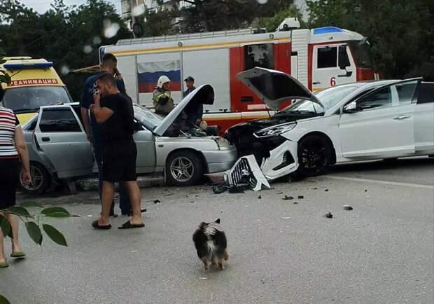 На проспекте Победы в Симферополе столкнулись два автомобиля