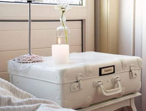 Декорируем старый чемодан: красим в белый