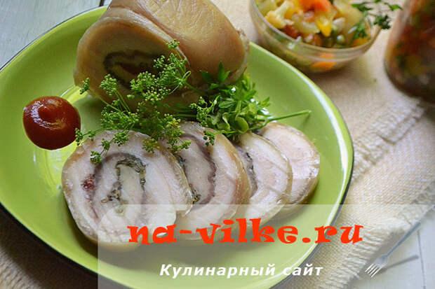 Варёный рулет из свиного сала со шкуркой