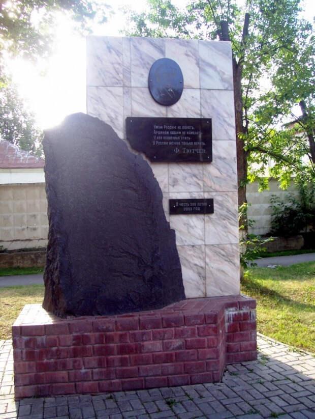 памятник ф.и.тютчеву - внуку пострадавшего от салтычихи в троицком-мосрентгене