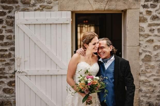 26 трогательных фото отцов, которые не сдержали эмоций на свадьбе дочерей