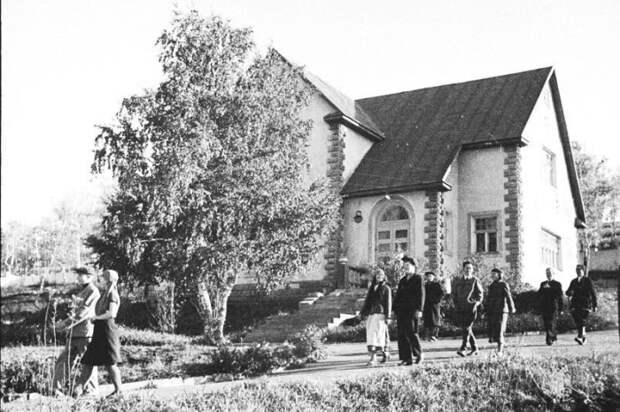 В пригороде Магнитогорска в 1930-х г. был возведен благоустроенный поселок, в котором царил коммунизм (пос. «Березки»).   Фото: pikabu.ru.