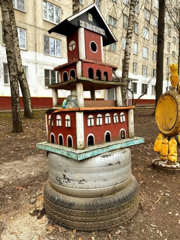Пенсионер из Северного Медведкова соорудил мини-городок у себя под окном
