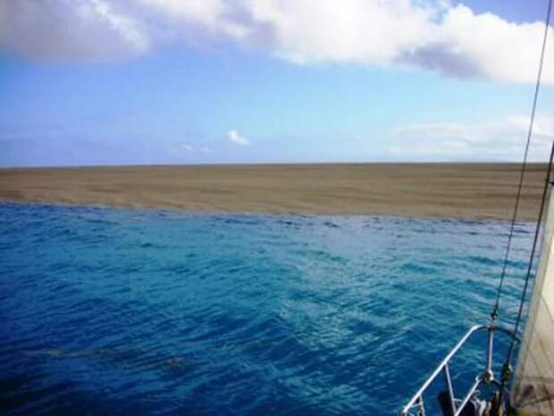 Они заплыли в странное пятно посреди океана и спустя пару минут произошло нечто невероятное!