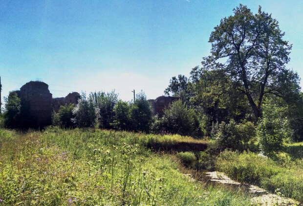 Руины мельницы и сохранившийся каменный горбатый мост