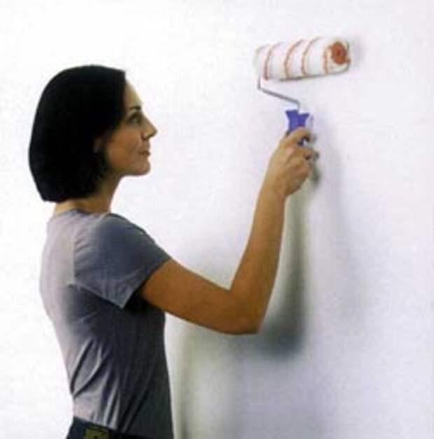Разглаживать обои на стене лучше мягким валиком, а не тряпкой