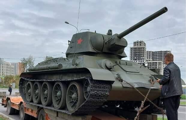 Возле танка на улице Недорубова выпустили голубей мира