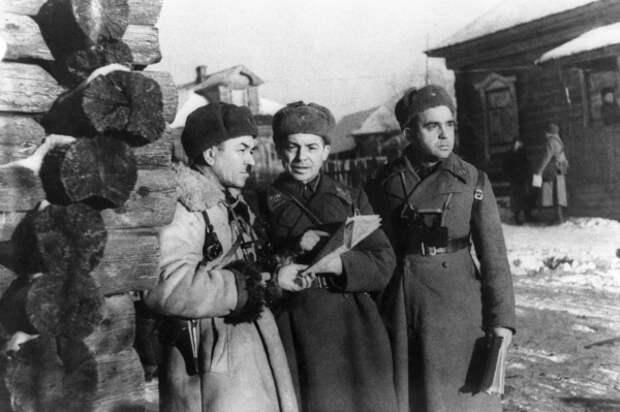 18 ноября 1941 года. Командир 316-й стрелковой дивизии генерал-майор Иван Васильевич Панфилов (слева) с командирами своего штаба. Снимок сделан в день гибели комдива. / ТАСС