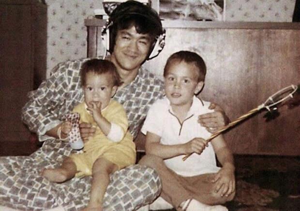 Брюс Ли дома со своими детьми.