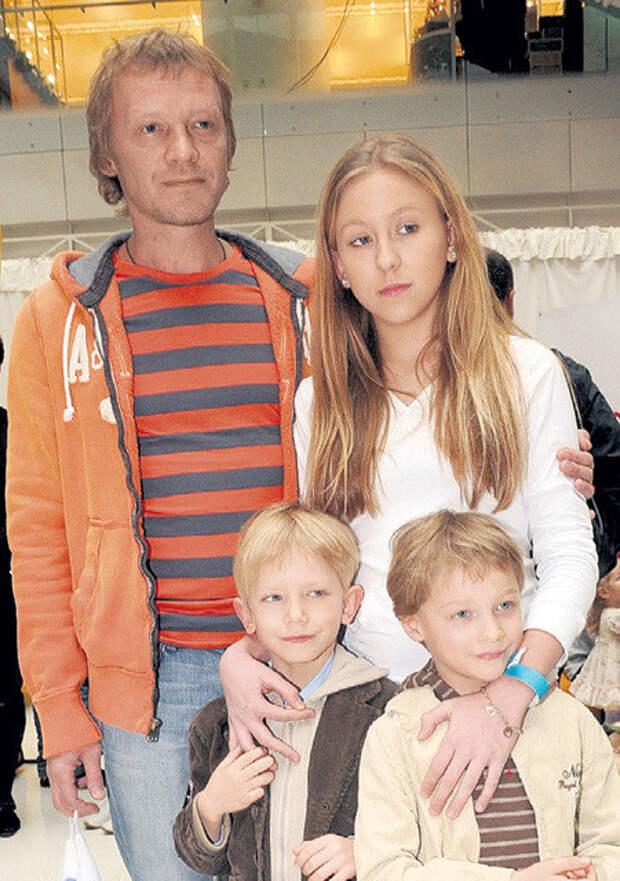 Актер Алексей Серебряков воспитывает троих детей – падчерицу Дашу и приемных сыновей Степана и Данилу дети, добро, родители, усыновление
