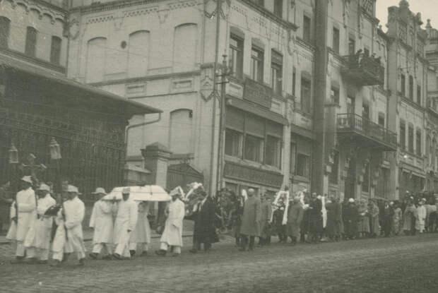 Похоронная процессия на Светланской.