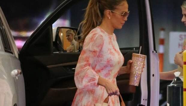 Цветочное платье нимфы, босоножки на огромной платформе и стакан для кофе в стразах: Джей Ло даже в офис идет в самом нарядном образе