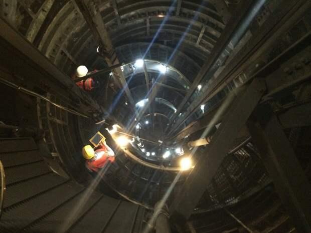 Рабочие в подземном тоннеле