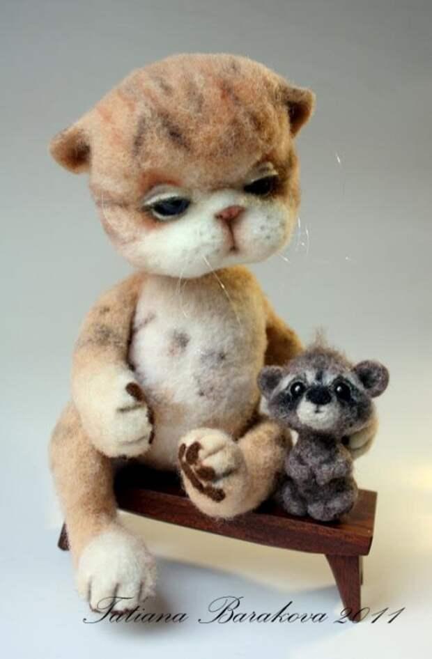Войлочные игрушки - кот и енот. Фото
