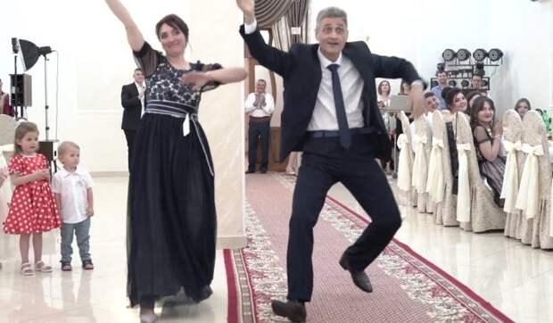Зажигательный танец родителей на свадьбе. Папа просто прирожденный артист
