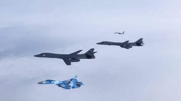 Два бомбардировщика ВВС США B-1 Lancer пролетели над Черным морем