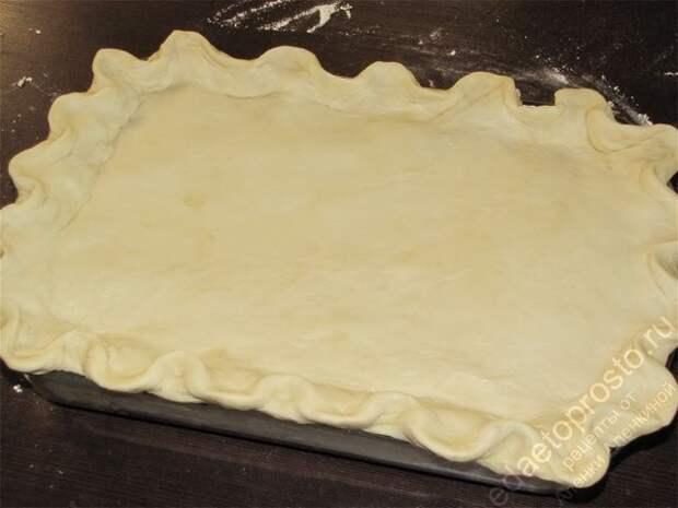 Положить тесто сверху и тщательно закрепить края. пошаговое фото этапа приготовления пирога с рыбой