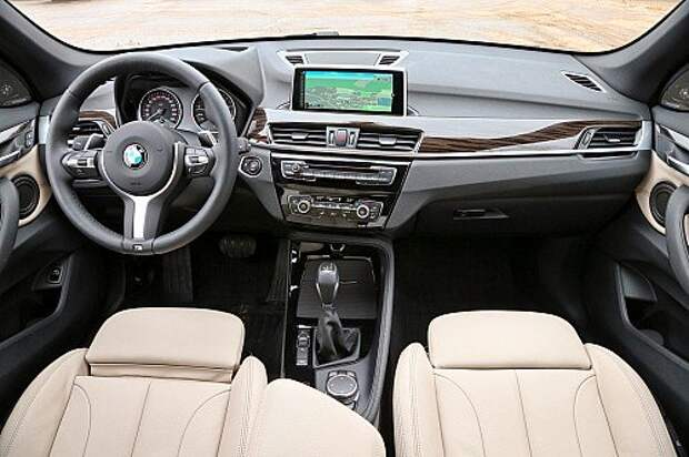 Салон BMW узнаешь сразу. Трехспицевый руль великолепен, а центральная консоль снова повернулась к водителю. К двухзонному климат-контролю нет никаких вопросов.