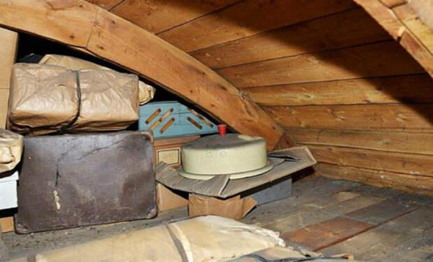 Мужчина дернул за старый шнурок на чердаке и за досками увидел оставленный 70 лет назад тайник