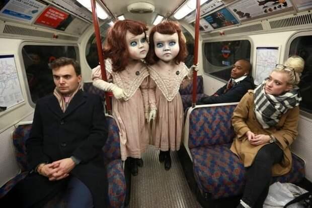 """Эти две """"куклы"""" перепугали всех посетителей лондонского метро"""
