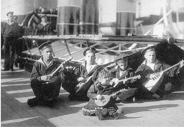 Цесаревич Алексей (в центре) среди юнг яхты «Штандарт», второй справа— Жора Пиньковский. 1907 г.