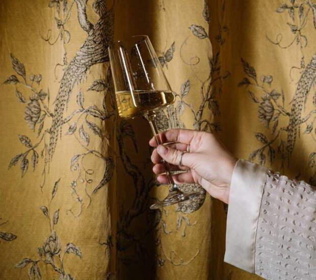 В шоколадном ателье «Птицы» на набережной канала Грибоедова открыли шампань-комнату. В меню — закуски и игристые вина