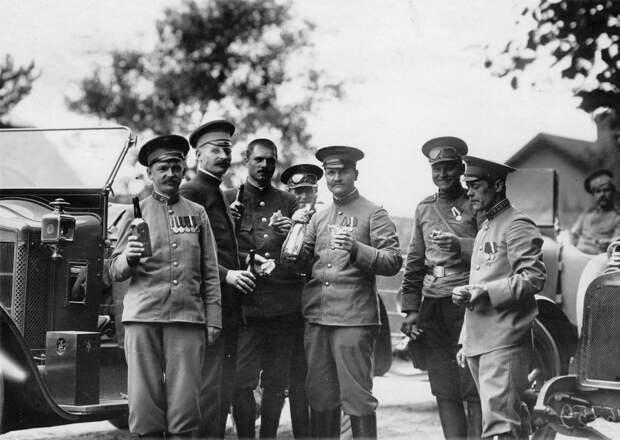 01. Группа офицеров у автомобилей, принадлежащих императорской фамилии