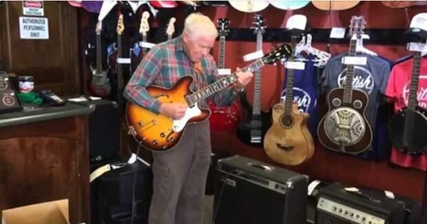 81-летний старичок проверяет гитару перед покупкой!