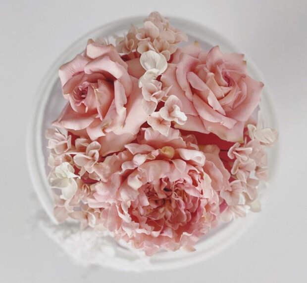 Шеф-кондитер лепит сахарные цветы, похожие на настоящие