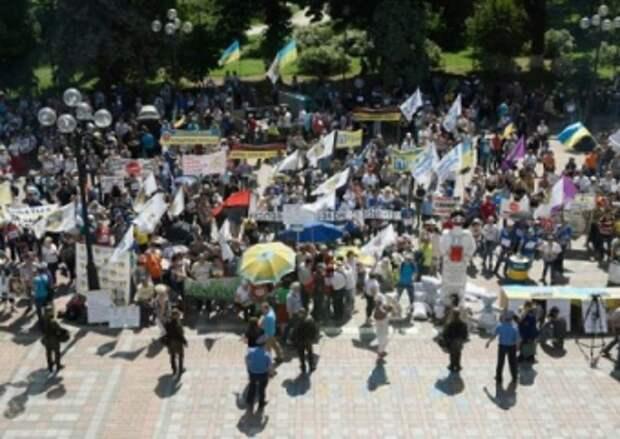 Участники финансового Майдана штурмуют Раду