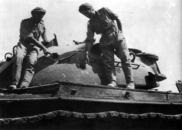 Индийские танкисты изучают подбитый «Паттон» у Асал-Утара - Индо-пакистанская война 1965 года: танковое сражение за Асал-Утар | Военно-исторический портал Warspot.ru