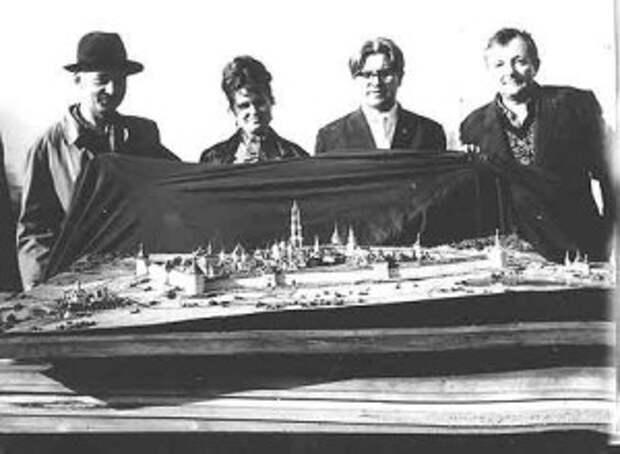1960-е гг. Макет реставрации Троице-Сергиевой лавры. 2-ой справа Балдин В.И.