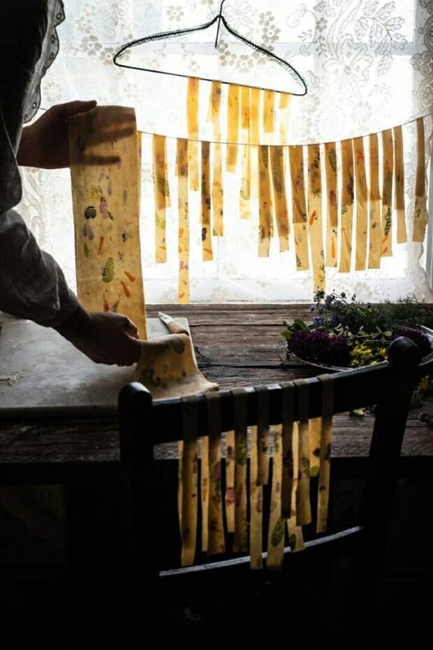 Как делают пасту с ароматными травами или лепестками съедобных растений: